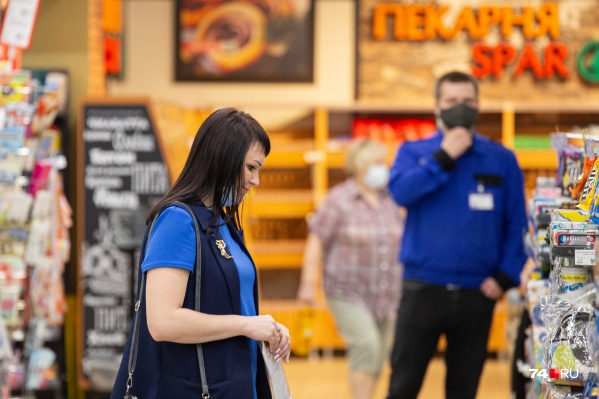 С 12 мая масочный режим в Челябинской области стал обязательным, за появление без средства защиты в магазине или аптеке может грозить штраф от 1 тысячи до 30 тысяч рублей