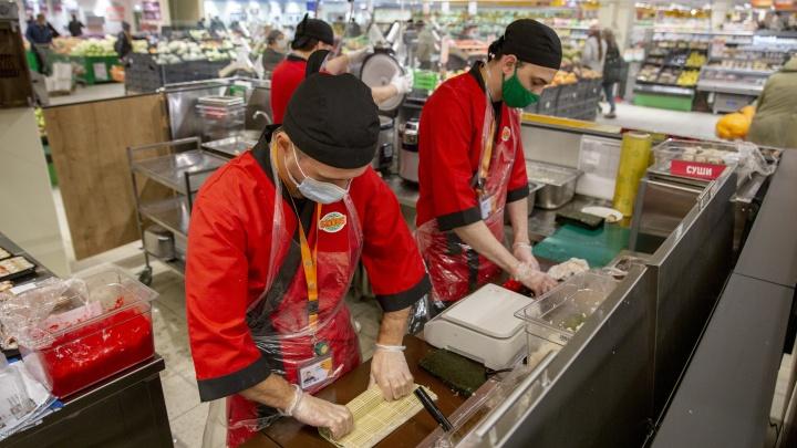 Аппетитный лосось и нежный творожный сыр: в гипермаркете «Глобус» открылся суши-островок