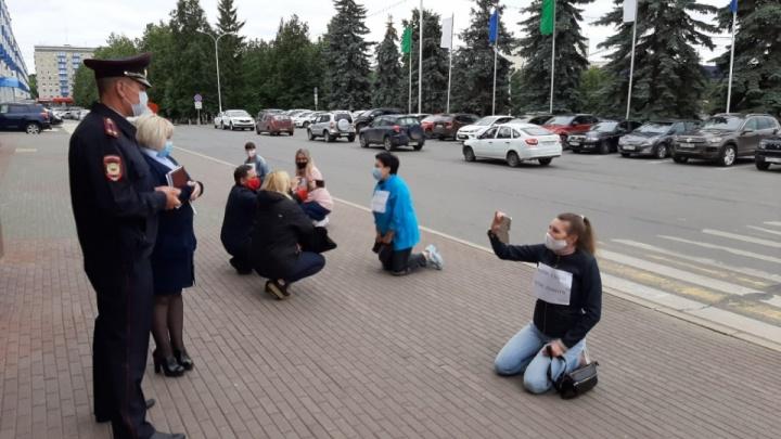 Пенсионерку из Уфы, которая встала на колени перед мэрией, оштрафовали на 5 тысяч рублей