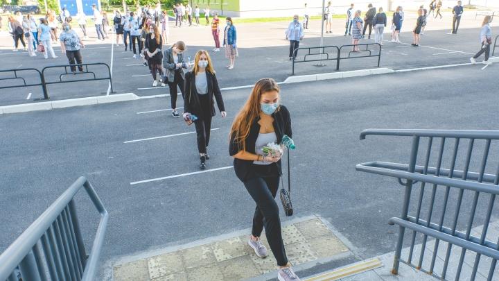 Маски, перчатки и поддержка на расстоянии. Фоторепортаж о том, как сдают ЕГЭ выпускники из Перми