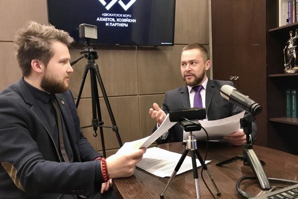 Адвокаты Александр Антипов (слева) и Иван Хозяйкин (справа) свое рабочее место оборудовали под студию для записи онлайн-трансляций по вопросам режима самоизоляции. Этот формат прижился: появились новые подписчики, эфиры стали ежедневными