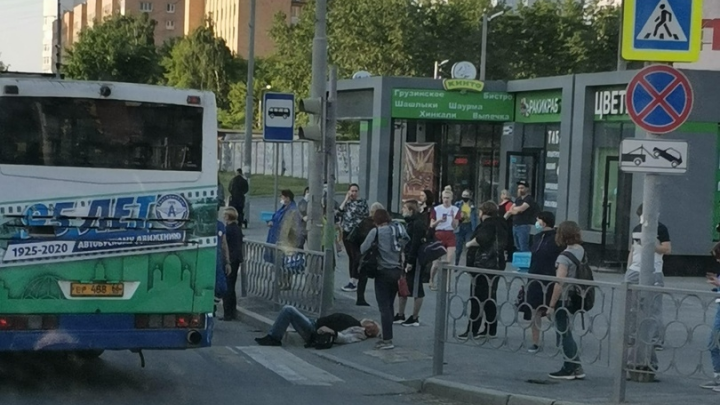 На Токарей автобус сбил с ног переходящего дорогу пешехода: видео