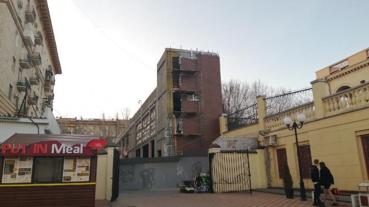 «Этот монстр убивает архитектурный облик»: фудкорт в центре Волгограда обрастает темным керамогранитом