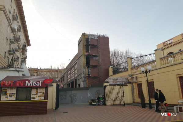 В центре Волгограда высится трехэтажное здание