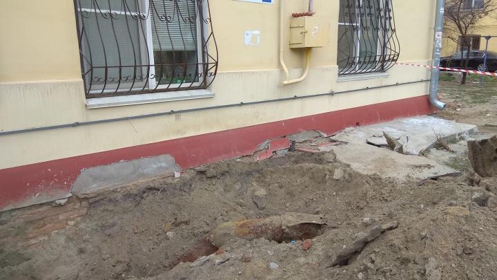 «Здесь много патронов находили»: в Волгограде у стены жилого дома выкопали стокилограммовую авиабомбу