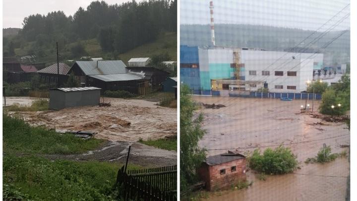 Из-за сильнейшего ливня затопило центр Нижних Серег: публикуем видео