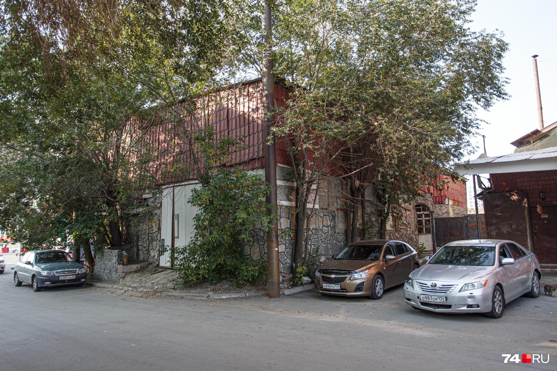 Рядом — гараж. Выполнен капитально, из камня