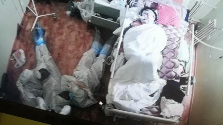 В Сети обсуждают фото медиков, лежащих на полу рядом с пациентом. Они оказались пермяками — и мы поговорили с ними