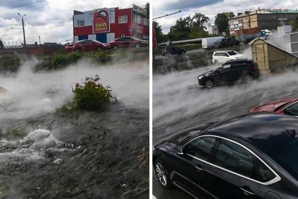 Из-за прорыва трубы улицу затопило горячей водой и заволокло паром