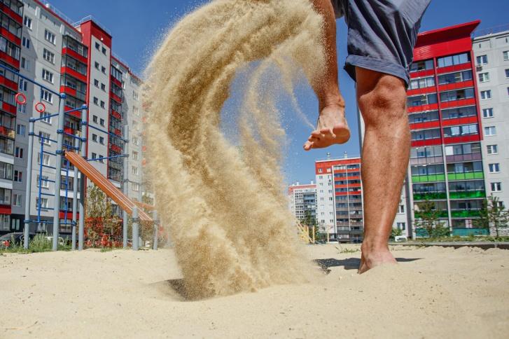Здесь есть места для занятий активными командными видами спорта, например пляжным волейболом, или спокойным пилатесом и йогой