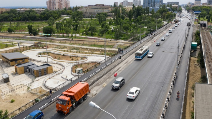 Слишком много воды: на Астраханском мосту заменят часть свежеуложенного асфальта