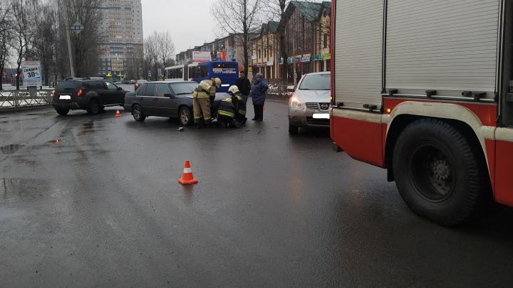 Машины от удара развернуло: три человека пострадали в аварии в Ярославле