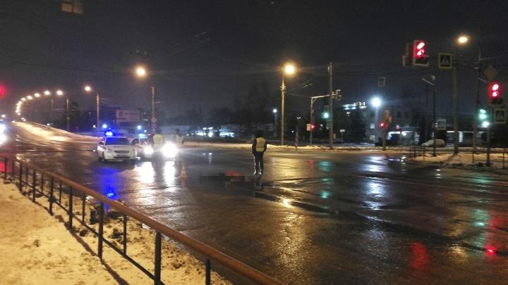 Переходили на зеленый: в Рыбинске грузовик насмерть сбил пешехода