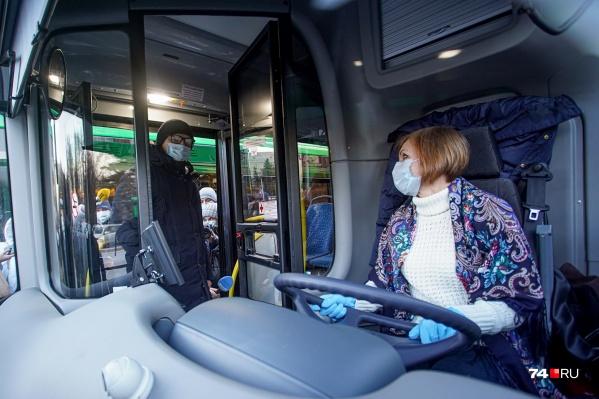 Первым автобусы оценил губернатор Алексей Текслер. Он осмотрел салон и представил себя в роли пассажира