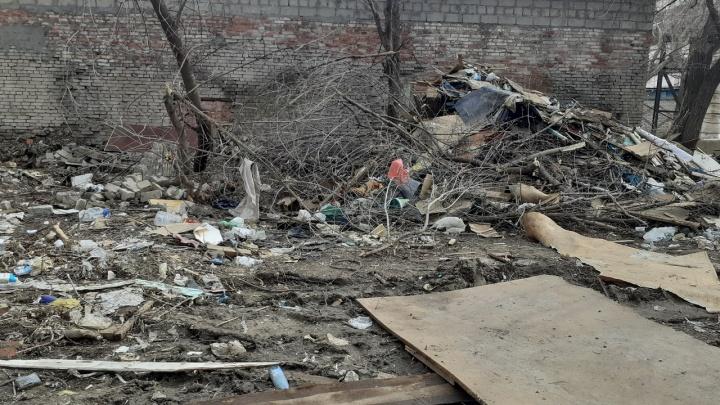 Спасибо, что живем на помойке: после сноса гаражей на Нильской остались огромные кучи мусора
