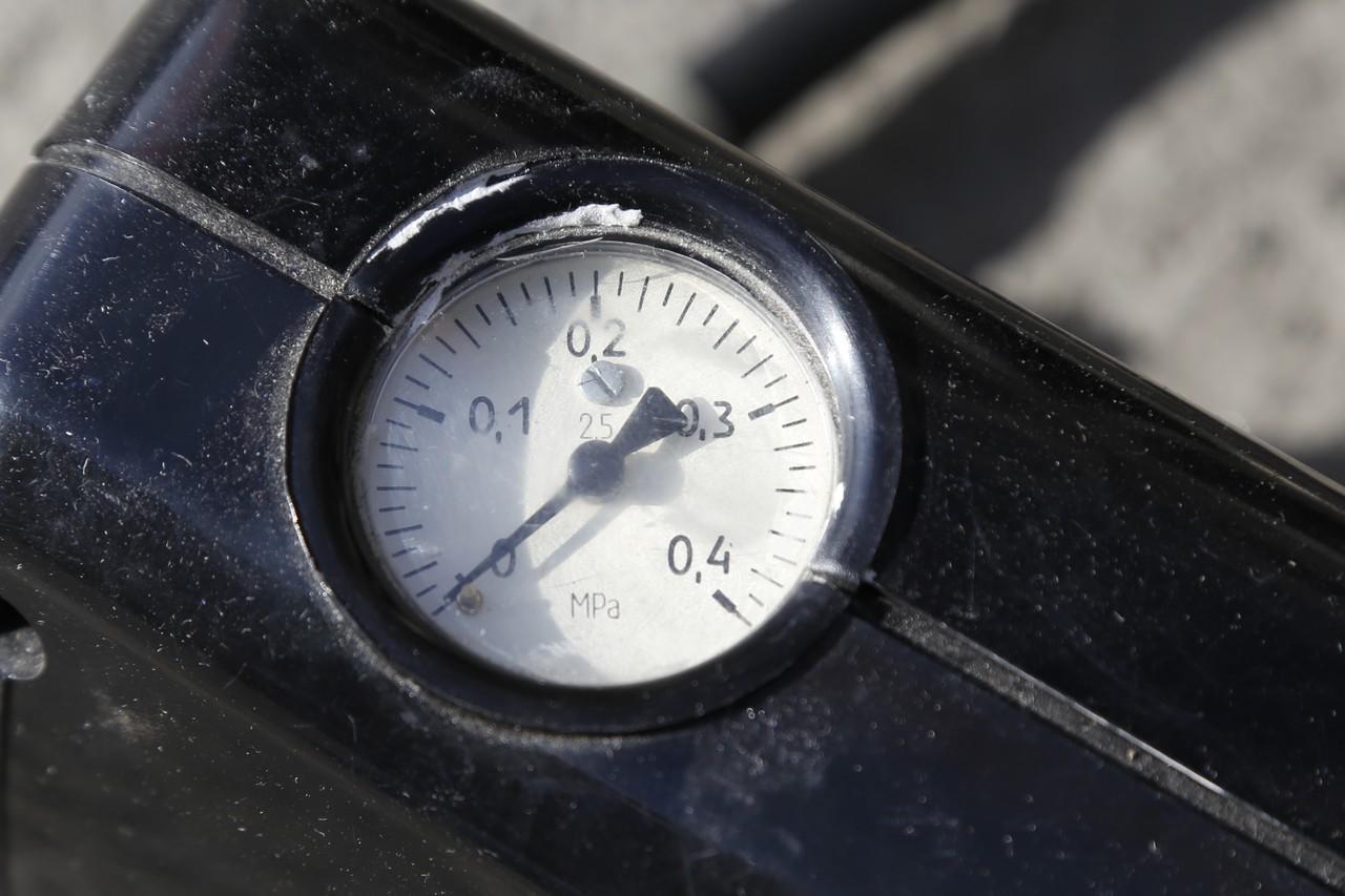 Манометр этого старомодного насоса показывает давление в мегапаскалях, что не очень удобно