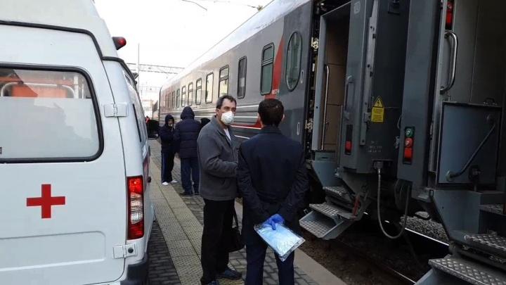 На вокзале Екатеринбурга сняли с поезда пассажира с подозрением на коронавирус