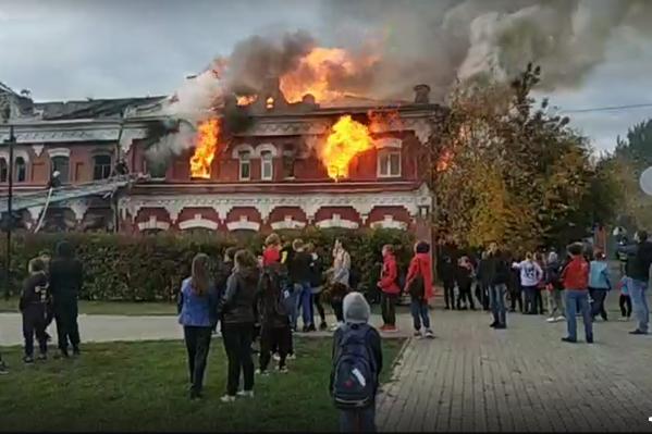 Многострадальный дом, которому больше ста лет, горит уже третий раз