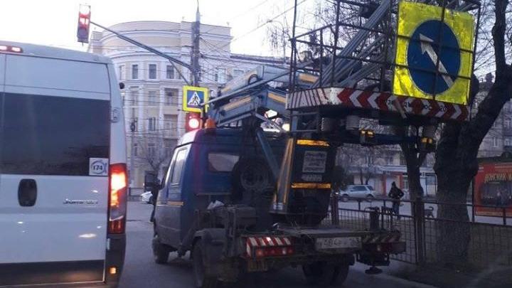«Чем они думают?»: в Волгограде машины коммунальщиков собрали пробку на оживленном перекрестке