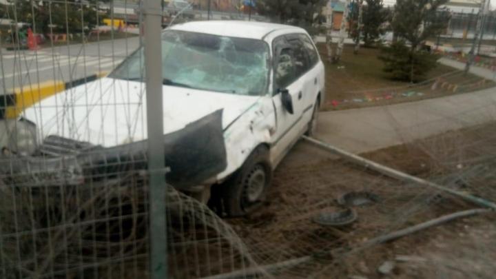 «Влетел туда, где обычно гуляют дети»: на Троллейной иномарка снесла забор и попала в автогородок