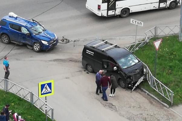 Фонарный столб рухнул на машину: видео ДТП на пересечении Панина и Ленинградского проспекта