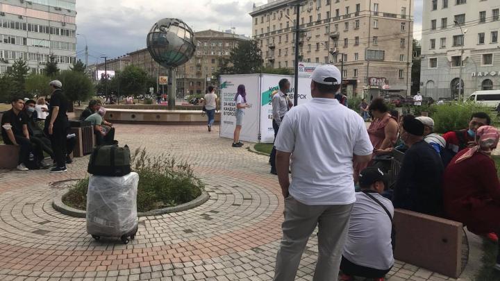 Около офиса S7 в Новосибирске собралась толпа людей — объясняем, куда они хотят улететь