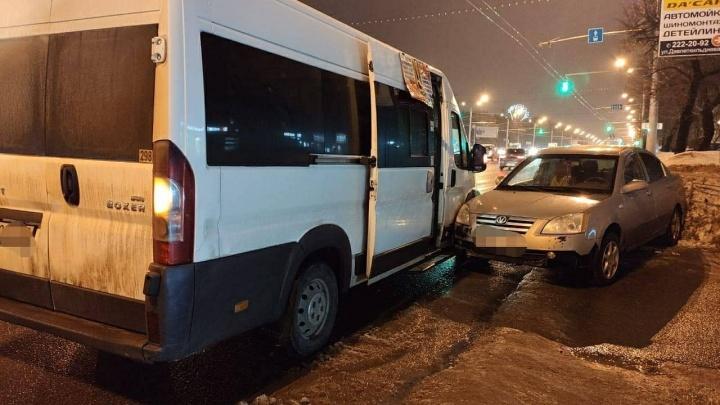 Шесть человек пострадали в ДТП с автобусом в центре Уфы, в больницу попала 7-летняя девочка
