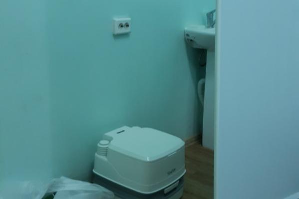 В закрытом инфекционном боксе, который показал пациент, один биотуалет и раковина на четверых