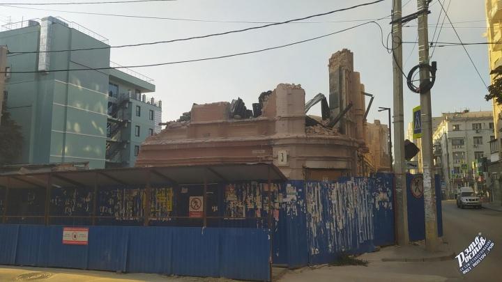 Всё идет по плану: в Ростове снесли часть фасада здания «Приазовского края»