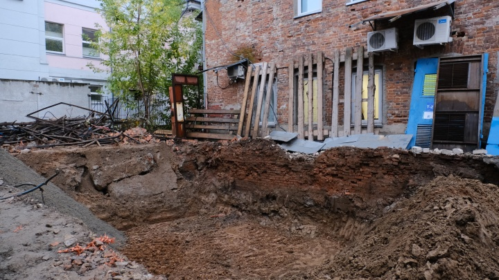 Владелец здания в центре Перми пожаловался, что оно пошло трещинами после того, как рядом выкопали котлован