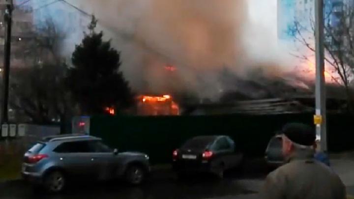 Дым и огонь среди многоэтажек: в Ярославле загорелся жилой дом. Видео