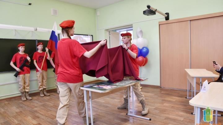 В екатеринбургской школе «Единая Россия» торжественно открыла памятную парту Героя России. И ошиблась в дате смерти