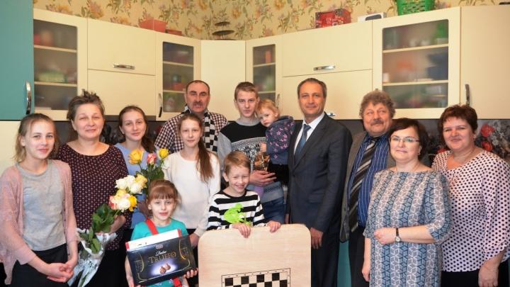 «Спасибо за дом и огромную машину»: Путин пообщался в прямом эфире с многодетной семьей из Винзилей