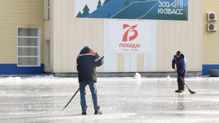 В Кемерово начали заливать катки. Всего в городе их будет17