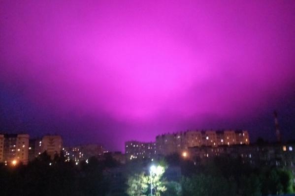 Ночное небо, затянутое тучами, особенно хорошо отражает свет от теплиц
