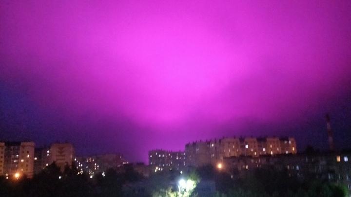 В агрокомплексе «Чурилово» объяснили пурпурное ночное небо над теплицами