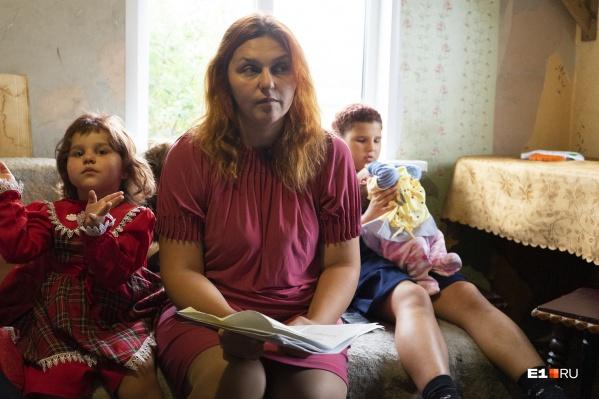 У Екатерины Кириченко 12 собственных детей, но живут они в маленькой квартире