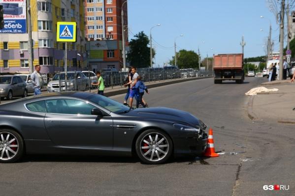 Aston Martin въехал в джип «Тойота», который сбил няню с ребенком — они стояли на тротуаре