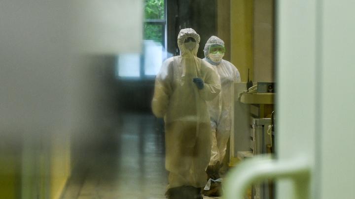 За две недели в Свердловской области стало в два раза больше врачей с коронавирусом