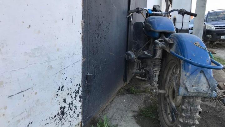 Смертельное ДТП с тюменским мотоциклистом: «Урал» на скорости влетел в гараж
