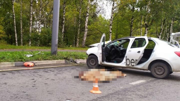 «Умер на месте»: в Ярославле такси влетело в столб. Видео с места ДТП