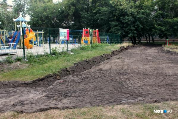 Во дворе уже начаты земельные работы