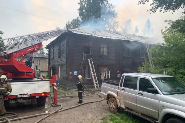 По прибытии на вызов пожарные обнаружили, что горит кровля деревянного жилого дома