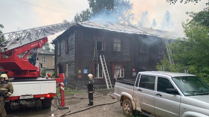 33 человека эвакуировались из жилого дома в Октябрьском районе — в здании вспыхнула кровля