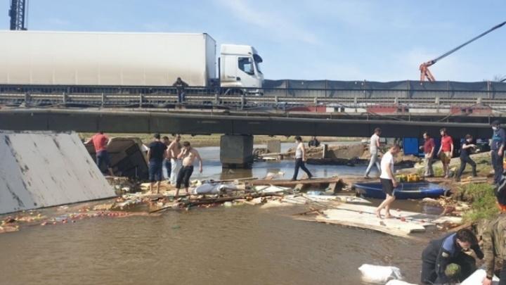 В Прикамье груженая фура вылетела с трассы и упала в реку