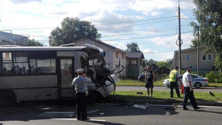 Медики рассказали о состоянии пассажиров и кондуктора маршрутки, врезавшейся в самосвал