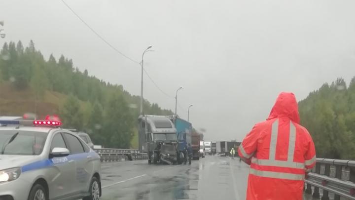 На трассе под Тобольском из-за аварии двух фур и легковушки образовалась пробка