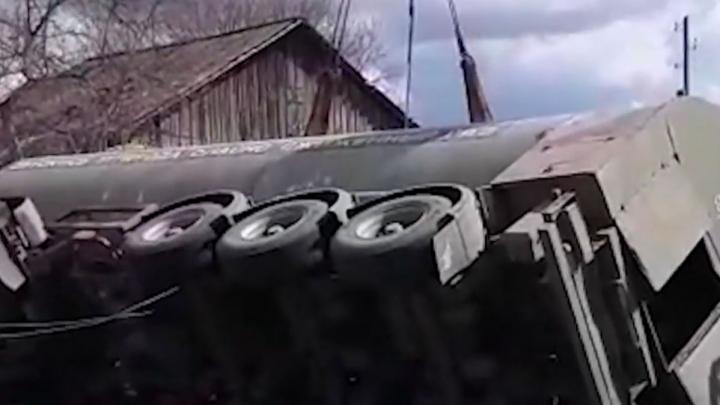 Перевернувшуюся под Каменском автоцистерну с газом убрали через сутки после ДТП: видео спецоперации