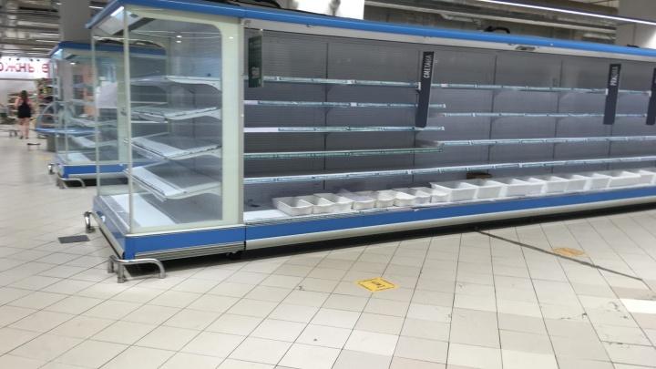 «Карусель» закрывается? Горожане заметили пустеющие полки в большом супермаркете в центре Тюмени
