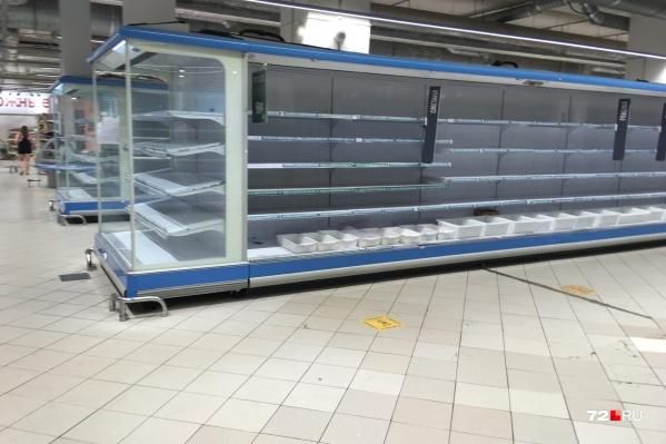 Вот так выглядят полки в гипермаркете «Карусель» на Максима Горького
